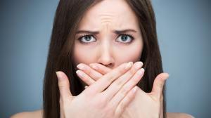 Le cause dell'alitosi: cosa c'è dietro l'alito cattivo